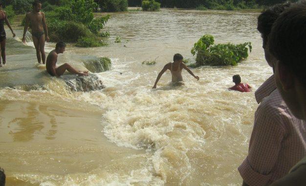 एक बार फिर से गंगा के जलस्तर बढ़ने से लोगों में दहशत