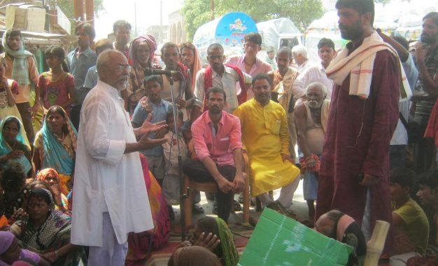 मुआवजे की मांग को लेकर बड़हिया में बाढ़ पीड़ितों का धरना