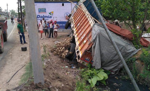 गेहूं लदा ट्रक सड़क किनारे गड्ढ़े में गिरा, चालक खलासी बाल बाल बचे